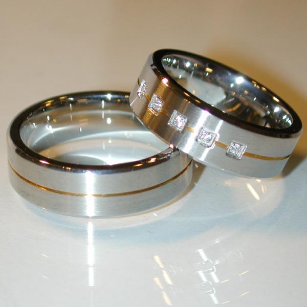 Stahl Einzelring mit Goldeinlage und Zirkonia Weite 56